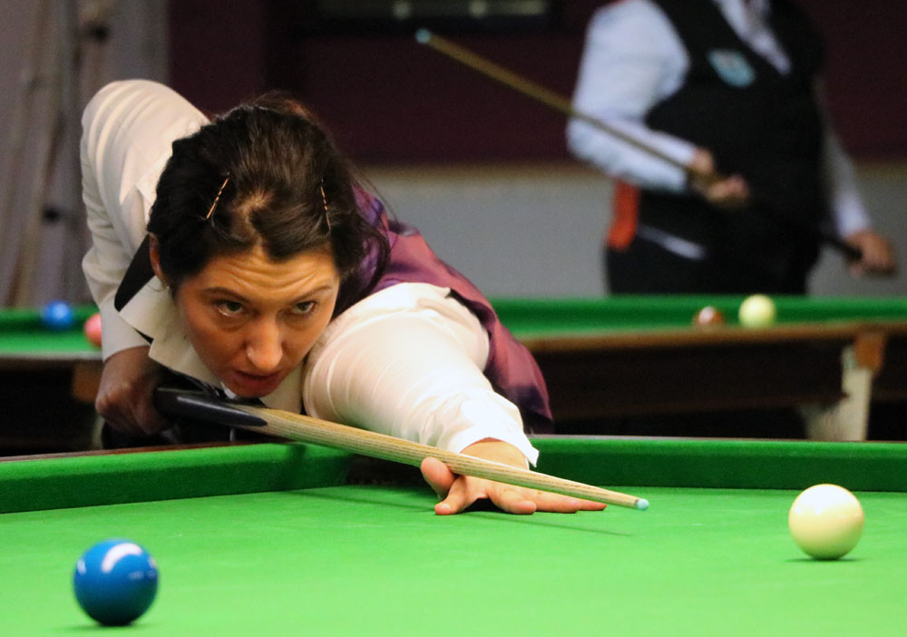 Maria Catalano plays snooker