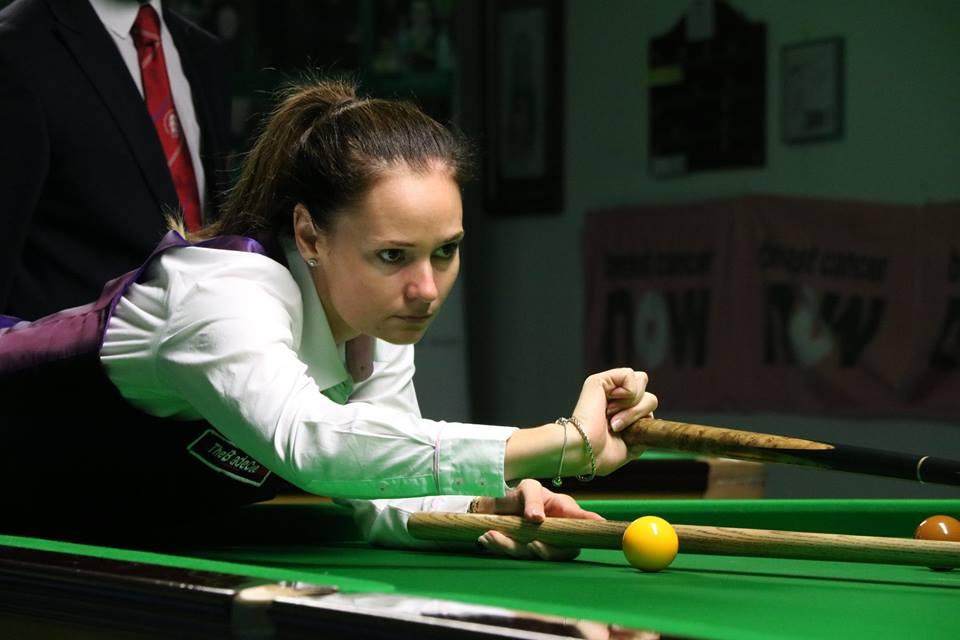 Reanne Evans plays rest shot