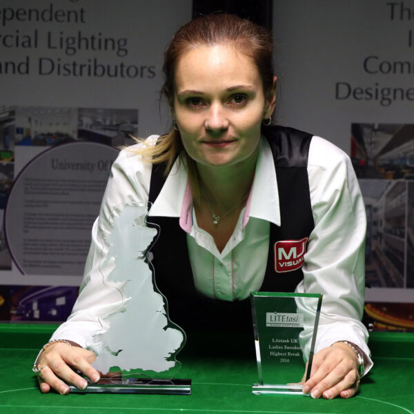 Photo of Reanne Evans with UK Trophy