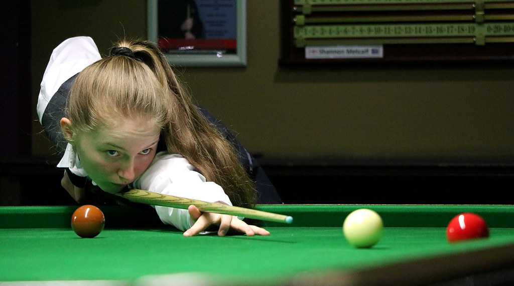 Shannon Metcalf plays snooker