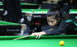 Nutcharut Wongharuthai plays snooker