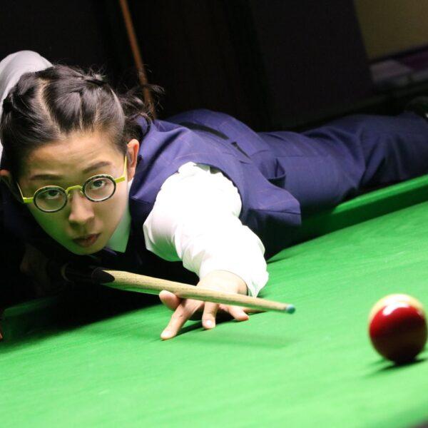 On Yee playing snooker